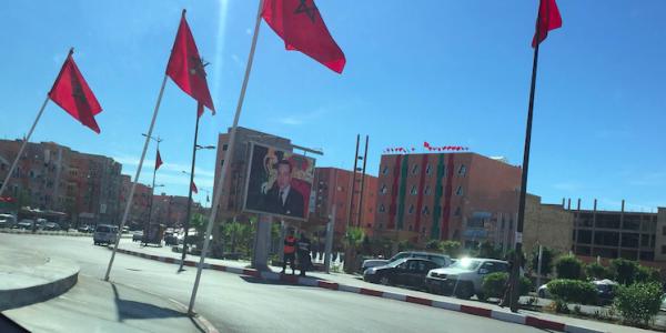اللي حضى صور الملك فالعيون نجا. 2 حتى 3 البوليس لكل صورة لمحمد السادس وها علاش =صور=