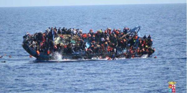 بالصور. مشاهد صادمة لانقلاب زورق مهاجرين في البحر المتوسط وغرق 80 مهاجر