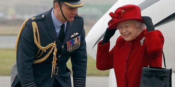 واحد خدام في قصر الملكة إليزابيث كان كيشفر تويشيات غالين ويبيعهم رخاص