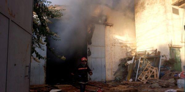 بالصـور..حريق كبير يلتهم معملا للنسيج في منطقة لهراويين