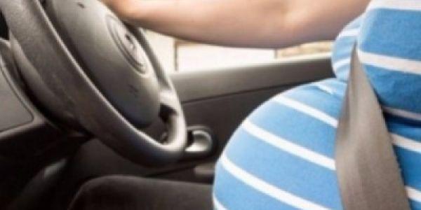 ديرها هنا تصدق والدة قبل الوقت. حامل المانية عيطات للبوليس حقاش ماقداتش تدخل لسيارتها!