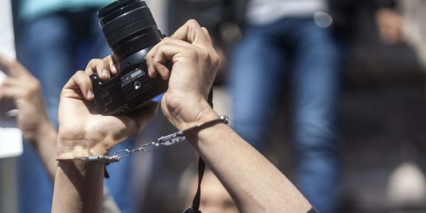 تقرير يرصد تأثير كورونا على واقع الصحافة المغربية والأوضاع المادية والمهنية للصحافيين/ات وينتقد جمود الإعلام العمومي