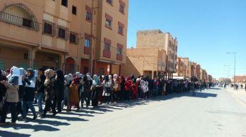 """محدها تقاقي وهي كتزيد.. """"الحراك"""" يصل الرشيدية ومئات الطلبة يطالبون بالمنحة والسكن"""