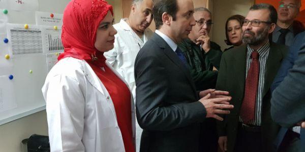 وفضيحة هادي.. سيدة ولدات فقاعة الانتظار ديال سبيطار شيشاوة حيث مكاينش الطبيب -فيديو