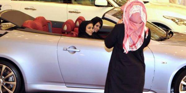 على سلامتكم.. السعوديات بداو كيتحررو من قيود السلفية والداعشية الفكرية وها كيفاش داز نهار اللول فقيادة السيارات (صور)