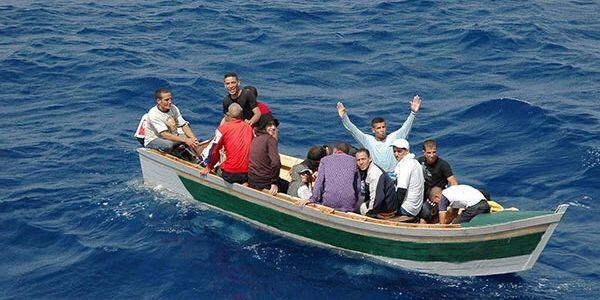 """Résultat de recherche d'images pour """"قارب للهجرة السرية"""""""