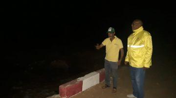 تقنيي وزارة التجهيز والنقل كيحاولو يأمنو الطريق الساحلية ديال العيون لتفادي عزلة محتملة (صور)