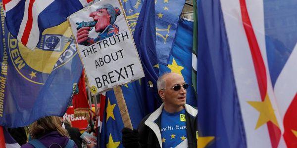 بريكسيت.. أكثر من نص مليون بريطاني خرجو للزنقة يطالبو باستفتاء جديد