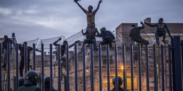 أزيد من 200 مهاجر اللّي اقتحمو هاد صباح السياج ديال مليلية وهاد العملية سلات بوفاة واحد الحرّاك وإصابة آخرين