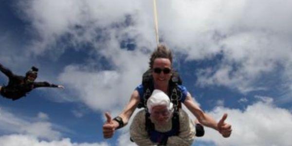 أسترالية فعمرها 102 عام نقزات بالمظلة من طيارة