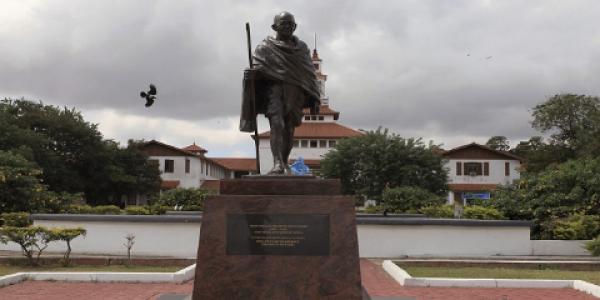 """حيت كان """"كيكره الكوحل"""" .. غانا حيدات تمثال ديال غاندي من جامعتها"""
