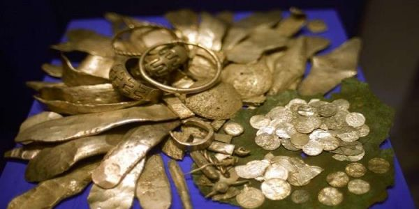 نصابة ضحكو على رجل أعمال فأكادير وقالوليه غانخرجو الكنز وعطاوه فبلاصتو الشكلاط الذهبي