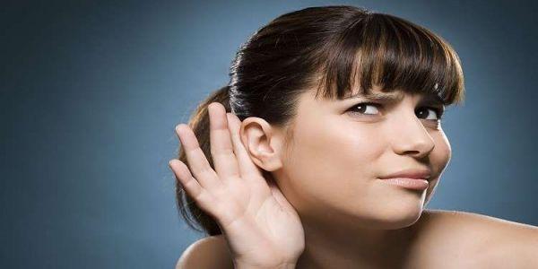 لقاو امرأة ماكتقدرش تسمع أصوات الرجال