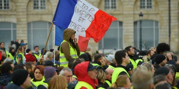 """تظاهرات صحاب """"الجيليات الصوفر"""" وصلات لعام.. البوليس ف فرنسا اطلق اليوم الغاز المسيل للدموع على المحتجين – فيديوهات"""