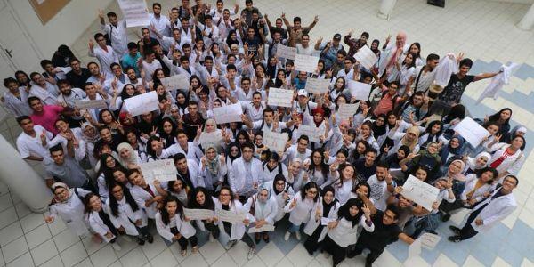 طلبة الطب دايرين إضراب و مسيرات كبيرة