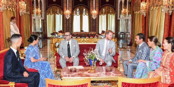السفير البريطاني في الرباط : الملك تهلى بزاف في الأمير هاري ومراتو ميگان. خصص ليهم الهيلوكوبتر الملكية وجناح إقامة واعر وحتى الجيش ساعدنا