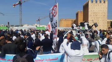 مدير ثانوية فسطات طرد 40 استاذ متقاعد بسباب الإضراب