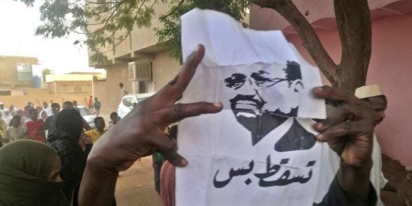 """خطاب عمر البشير رئيس السودان جاب نتائج عكسية.. الشعب خرج للشارع يحتج وگال ليه """"ارحل"""""""