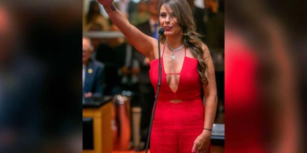 نائبة برازيلية ضربات لبسة سيكسي.. ومشات أدات القسم فالبرلمان – صور