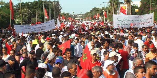 المغاربة لي كيضلو يتشكاو من الدولة فالمواقع الإجتماعية هوما براسهم فالواقع قلال الترابي والأصل وكذابة وشفارة وغشاشة
