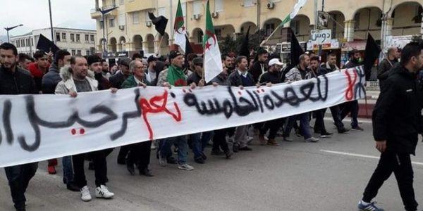 الجزائريين كاعيين على اعلامهم  حيت مانقلش حقيقة الاحتجاجات ضد العهدة الخامسة ديال بوتفليقة – صور