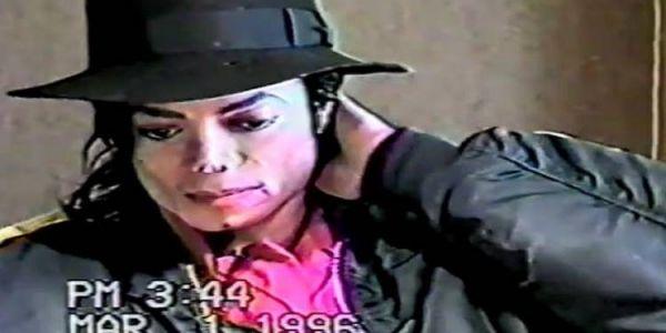 ظهور فيديو لإستجواب مايكل جاكسون بعد إتهامو بإغتصاب الأطفال – فيديو