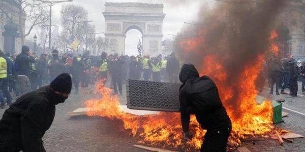 باريس كتحرق.. شعلو العافية فالطونوبيلات والمحلات فاحتجاجات الجيليات الصوفر – فيديو