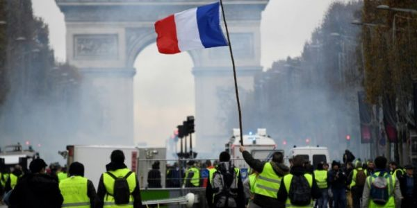 فرنسا راجعة اللور: البرلمان دوز قانون منع المظاهرات