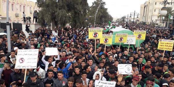 مسيرات مليونية ضد بوتفليقة فالجزائر والأمن منع المتظاهرين من الوصول للقصر الرئاسي ونكاز اقتاحم مستشفى جنيف