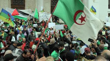 البراءة لـ5 نشطاء جزائريين توبعوا بتهمة المساس بوحدة الوطن بعد رفعهم العلم الأمازيغي