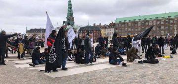 زعيم حزب يميني دنماركي احرق القرآن أمام مصلين – تصاور
