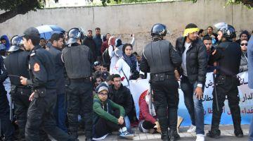 مصدر أمني : ها كيفاش وقع الاحتكاك بين الأمن وأساتذة التعاقد وكاين حالات تظاهرت بالإغماء