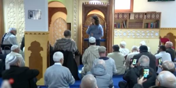 عمدة امستردام مشات لجامع مغربي ودارت فيه خطبة بعد ارهاب نيوزيلندا – فيديو
