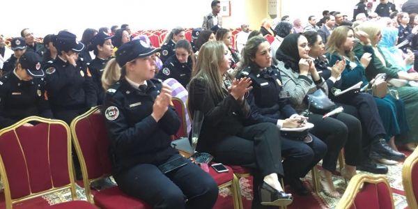 ولاية أمن العيون احتافلات بالمرأة البوليسة وعطاوها الورد – صور
