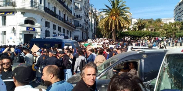 بالصور والفيديو. عشرات الالاف من طلبة الجزاير سدو ساحة أودان فالعاصمة احتجاجا على العهدة الخامسة لبوتفليقة