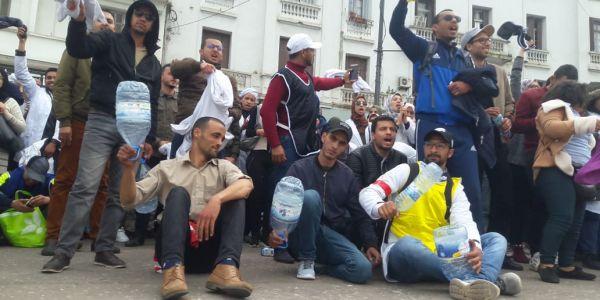 """الأساتذة المتعاقدون رجعو للاحتجاج بساحة ماريشال بكازا وكيغنيو """"في بلادي ظلموني"""" – صور"""
