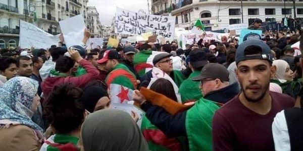 الجزايريين خرجو للإحتجاج قبل الصلاة والمراة حاضرة وعلي غديري جراو عليه