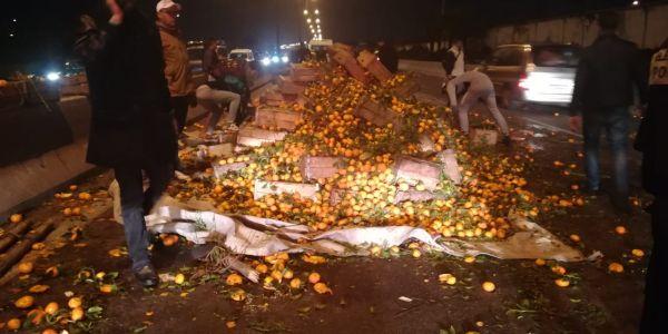 الليمون مبغاه تا بوبي في لوطوروت ديال كازا بعد انقلاب شاحنة مقطورة للحوامض