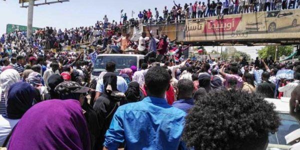 قتلى و جرحى ف اعتصام السودانيين و اخبار على اشتباك بين الجيش و الشرطة – فيديو