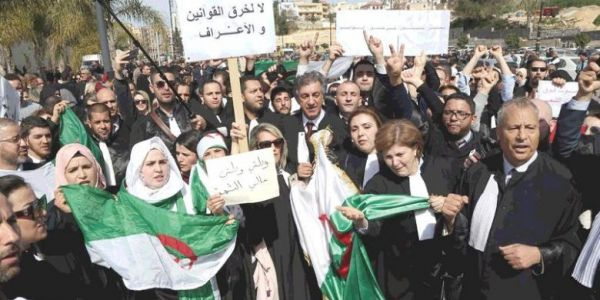 """احتجاجات الدزاير رجعات لـ """"المربع الأول"""".. القضاة غادي يقاطعو الانتخابات الرئاسية دعما للشعب – صور"""