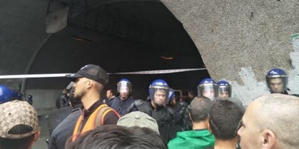 بالصور والفيديو. القوات الجزائرية سدات النفق الجامعي فالعاصمة لي رجع رمز للإحتجاج والمحتجون ردو على الحملة العنصرية على الامازيغ