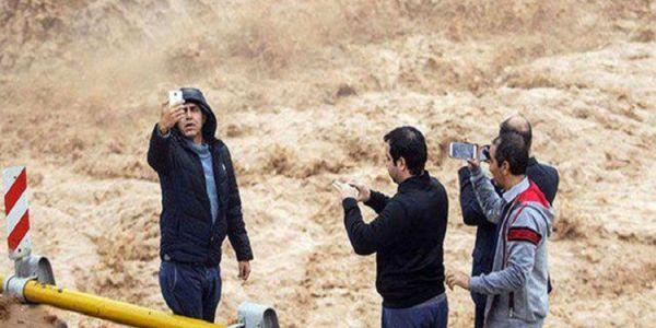 """بالصورة. """"السيلفي"""" الأخير قبل الغرق في فيضانات إيران"""