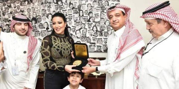 """نايضة في السعودية بعدما عطاو كادو """"ختم الرسول"""" للفنانة المصرية سمية الخشاب – صور"""