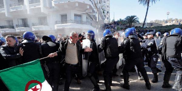 بالصور. الامن الجزائري كيتيري القنابل المسيلة للدموع فالبشر وكاينة اصابات