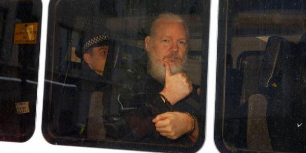 الوجه الآخر لمؤسس ويكيليكس فالسفارة الإكوادورية: مغرور وموسخ وماشي محترم
