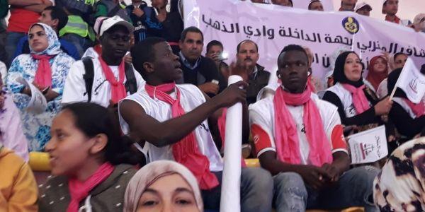 بالصور. حزب الاستقلال جاب المهاجرين الأفارقة باش يعمر قاعة اللقاء فالداخلة