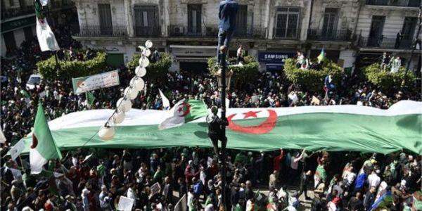 تظاهرات أول جمعة رمضانية فالجزائر العاصمة والمحتجون عمرو ساحة البريد المركزي ومابغاوش يتفكو
