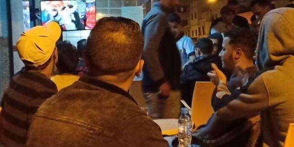 مقاهي كازا عامرة في أول أيام رمضان.. البارصا وليڤيربول خلات الناس فاطرة خارج ديورها