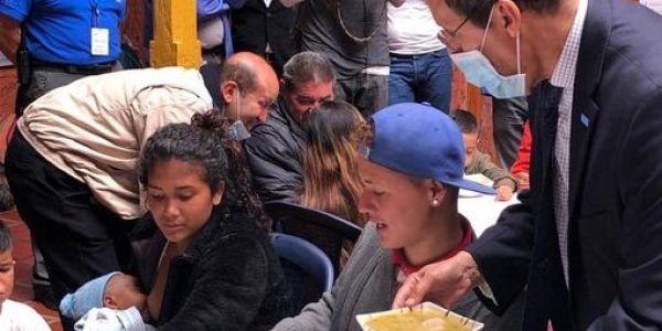 عمر هلال كيعطي لمادورو ديكتاتور فينزويلا بالفن. مشى عند اللاجئين على الحدود الكولومبية بغطاء اليونسيف