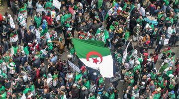 الشعب الجزايري داير ثورة  على النظام العسكري الي حاكم من  1962